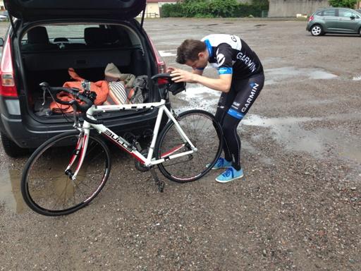 Op een triest parkeerveld in Le Thillot de fiets in elkaar zetten.