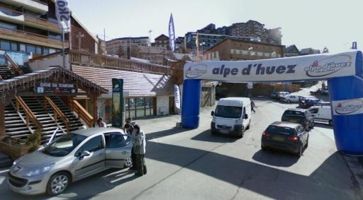 De finishpoort van de Alpe d'Huez voor het Office du Toerisme.