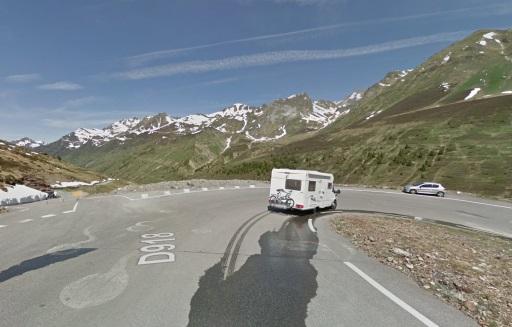 Streetview mei 2015: In de afdaling van de Tourmalet kun je hier alleen rechts naar Super Barèges. Rechtdoor is La Voie Laurent Fignon.
